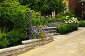 手入れの行き届いた庭園、石造りの舗装された私道 — ストック写真