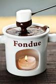 Guimauve trempée dans la fondue au chocolat — Photo