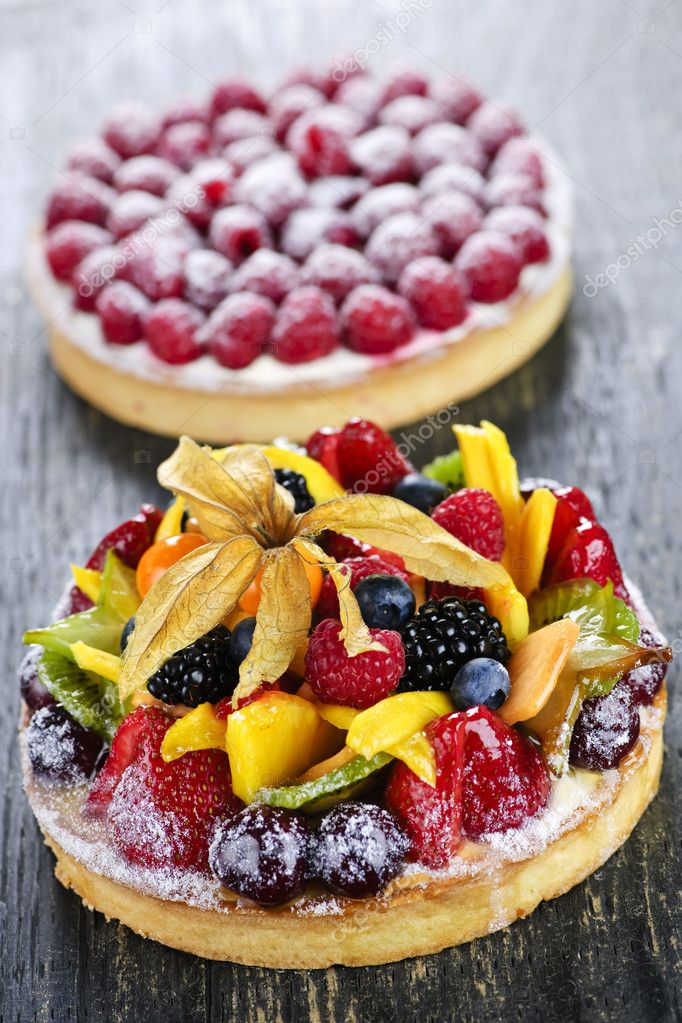 Fresh dessert tarts with assorted fruits and berries — Stock Photo #4471195