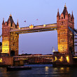 Tower bridge in Londen in de schemering — Stockfoto