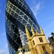 Gherkin building and church of St. Andrew Undershaft in London - Foto Stock