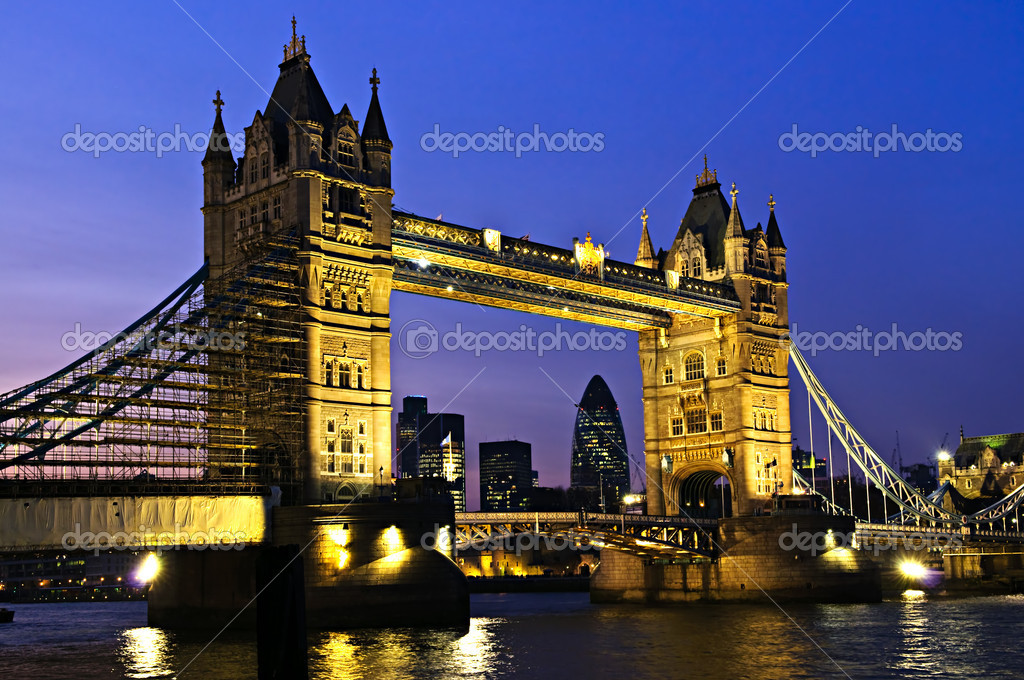 Tower bridge in London England at night over Thames river  Stok fotoraf #4482974