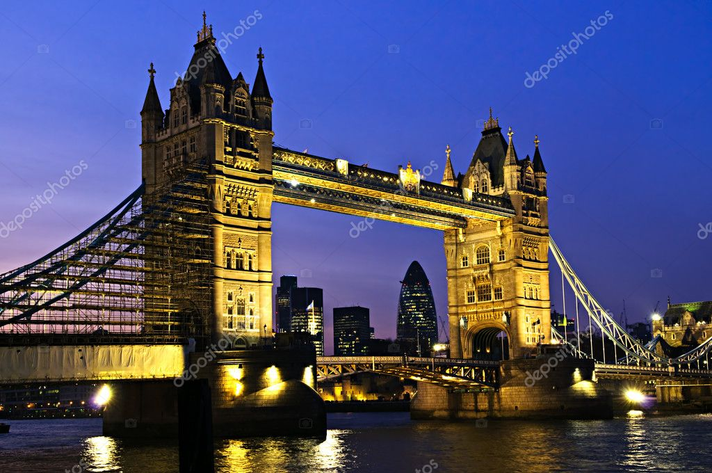 Tower bridge in London England at night over Thames river — Стоковая фотография #4482974