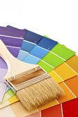 Cepillo de pintura con las tarjetas del color — Foto de Stock