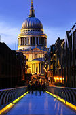 St. Paul's Cathedral from Millennium Bridge in London at night — Stock Photo