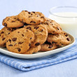Milk and chocolate chip cookies — Stok fotoğraf