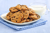Milk and chocolate chip cookies — Stock Photo