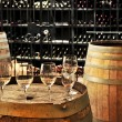 Foto Stock: Wine glasses and barrels
