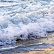 Foto Stock: Waves breaking on tropical shore