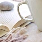 relaksujący czytanie z herbaty — Zdjęcie stockowe
