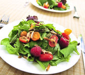 Green salad with berries and tomatoes — Stock Photo