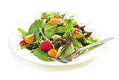Prato de salada verde sobre fundo branco — Foto Stock