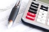 Kalkulator podatkowy i pióra — Zdjęcie stockowe