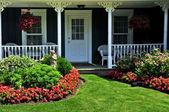 前面的院子的房子 — 图库照片