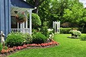 Jardin de devant d'une maison — Photo