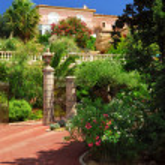Lush garden in front of a villa — Stock Photo #4641765