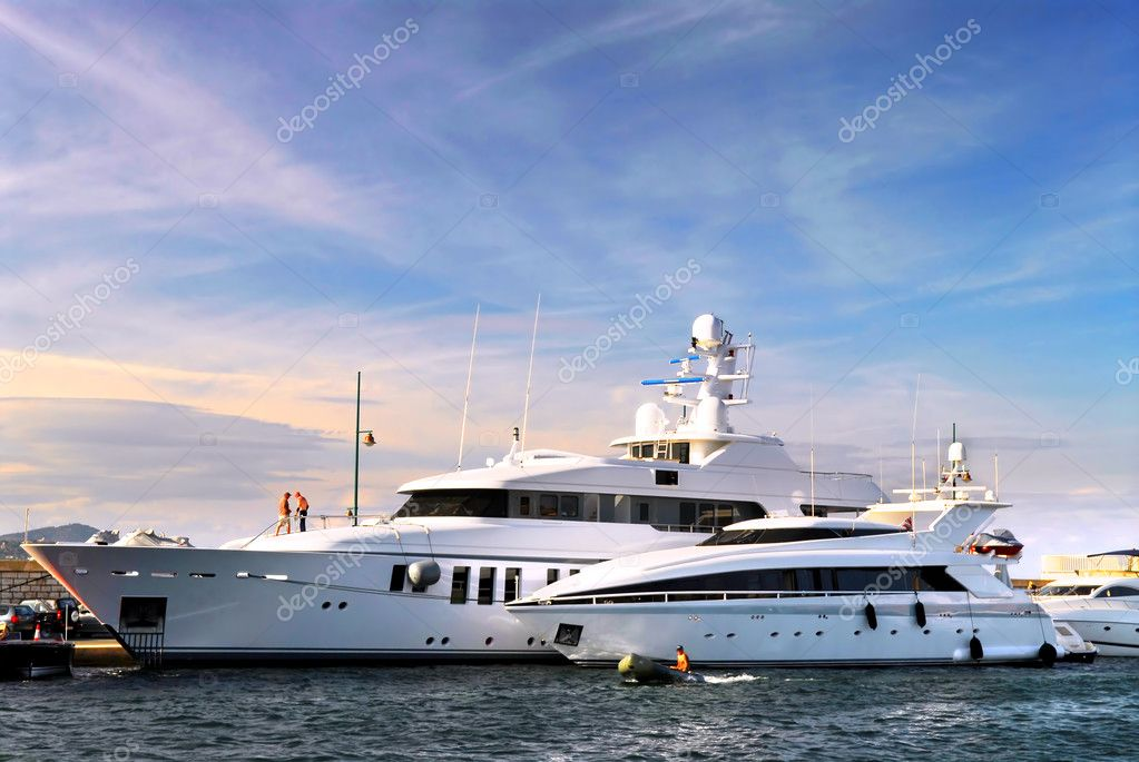 Large luxury yachts anchored at St. Tropez in French Riviera — Stock Photo #4641839