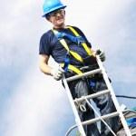 hombre trabajando en techo — Foto de Stock