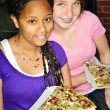 Girls eating pizza — Stockfoto