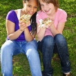 chicas comiendo pizza — Foto de Stock