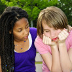 Подросток, утешая ее подруга — Стоковое фото