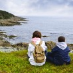Children sitting at Atlantic coast in Newfoundland — Stock Photo