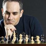 człowiek się na szachownicy — Zdjęcie stockowe