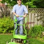 Man mowing lawn — Stock Photo