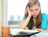 Dospívající dívka studium s učebnice — Stock fotografie