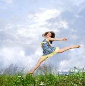 Junges Mädchen springen in Wiese — Stockfoto