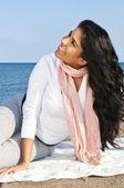 Ung indianska kvinna på stranden — Stockfoto