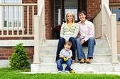 Família feliz em casa — Foto Stock