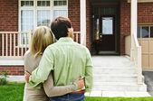 Heureux couple en face de la maison — Photo