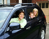 Happy family in car — Stockfoto