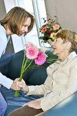Enkelin besucht großmutter — Stockfoto