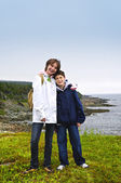 Children standing at Atlantic coast in Newfoundland — Stock Photo