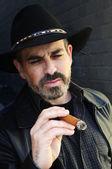 Sakallı adam sigara puro — Stok fotoğraf