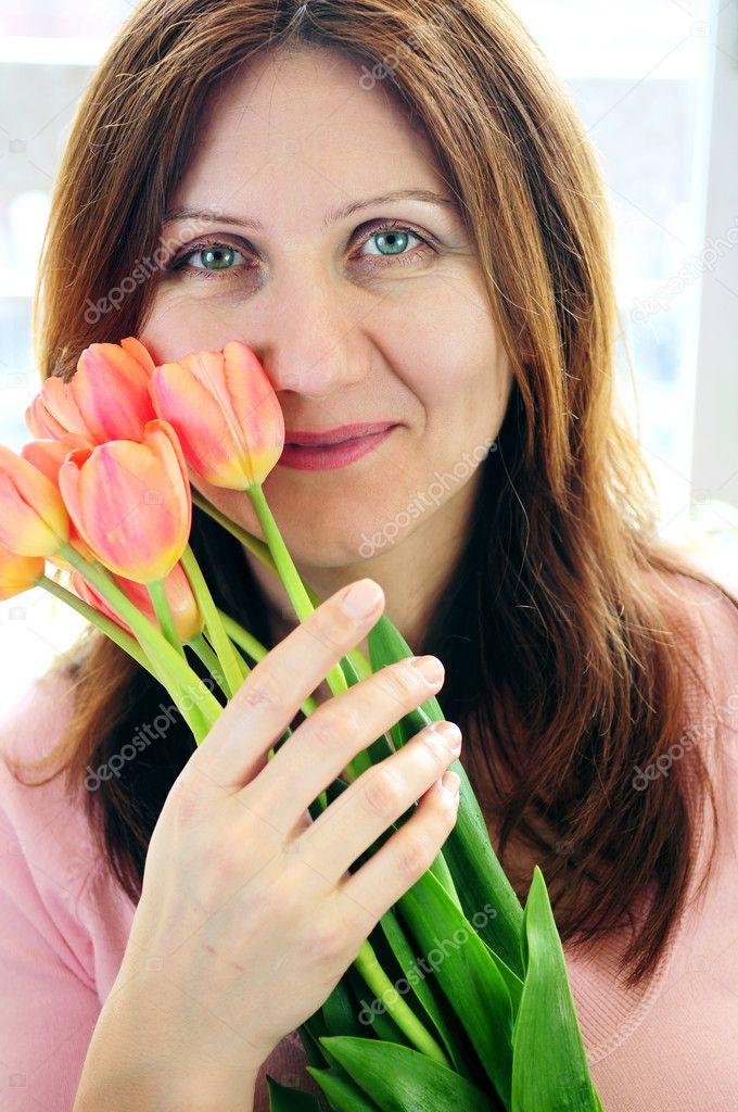 Женщины за 50 с цветами