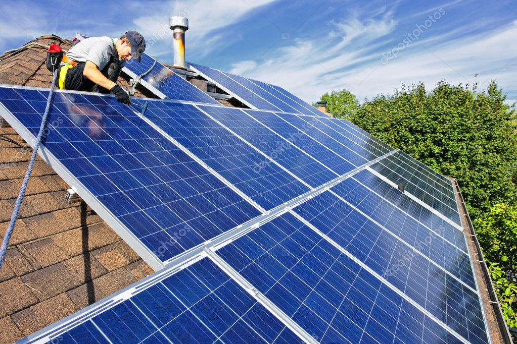 Man installing alternative energy photovoltaic solar panels on roof — Stock fotografie #4719434