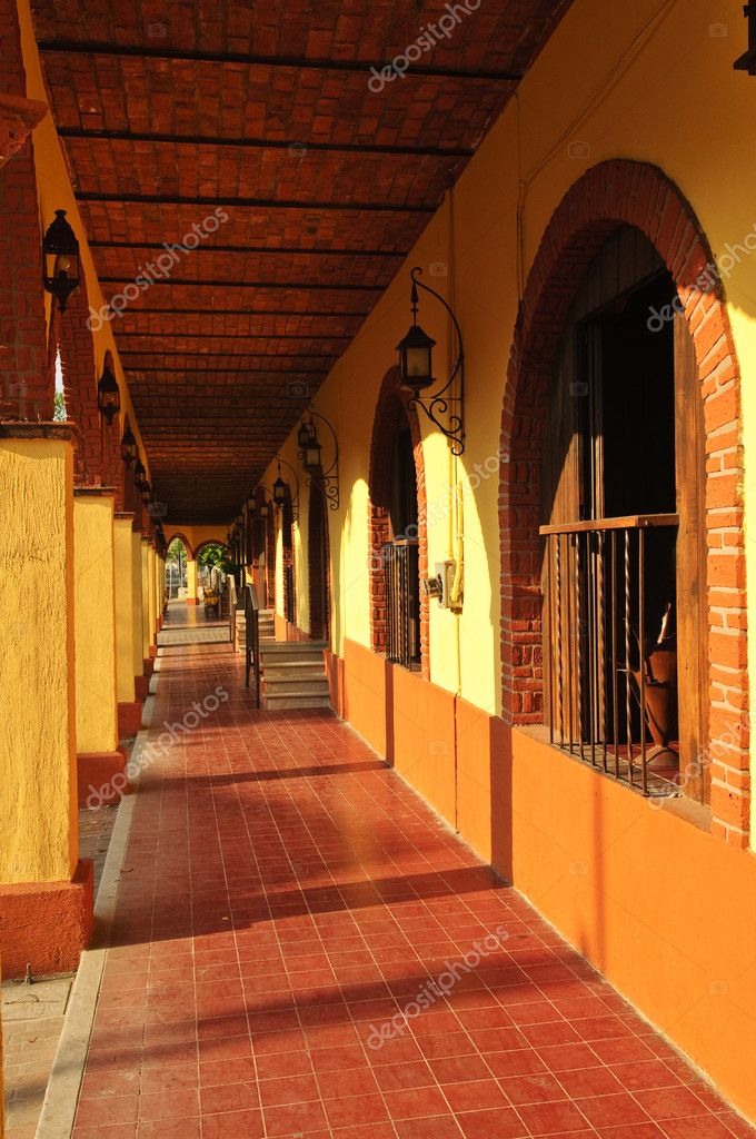Covered sidewalk in Tlaquepaque shopping district in Guadalajara, Jalisco, Mexico — Stock Photo #4719558