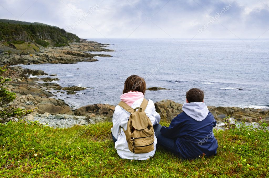 Children looking at coastal view of rocky Atlantic shore in Newfoundland, Canada — Stock Photo #4719731