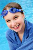 Tienermeisje bij zwembad — Stockfoto