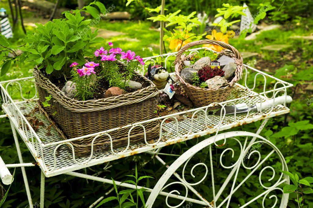 Carreta con flores en jard n fotos de stock for Carreta de madera para jardin