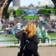 Tourist at Eiffel tower — Stock fotografie