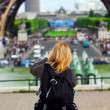 Tourist at Eiffel tower — Stock Photo
