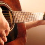 person som spelar en gitarr — Stockfoto