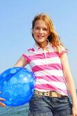 Jong meisje met strandbal — Stockfoto