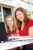 Moeder en dochter met computer — Stockfoto