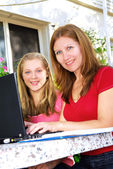 Mother and daughter with computer — Stockfoto