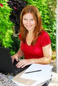 Vrouw thuis werken — Stockfoto